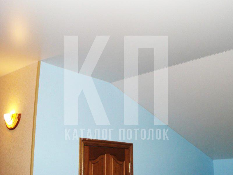 Натяжной потолок на мансарде под углом, двухуровневый
