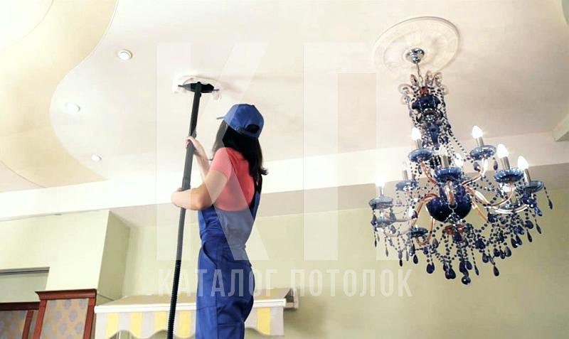 мыть натяжной потолок глянцевый