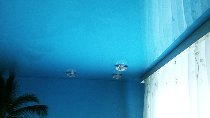 Голубой потолок и стены