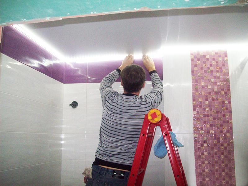 Монтаж потолка в ванной