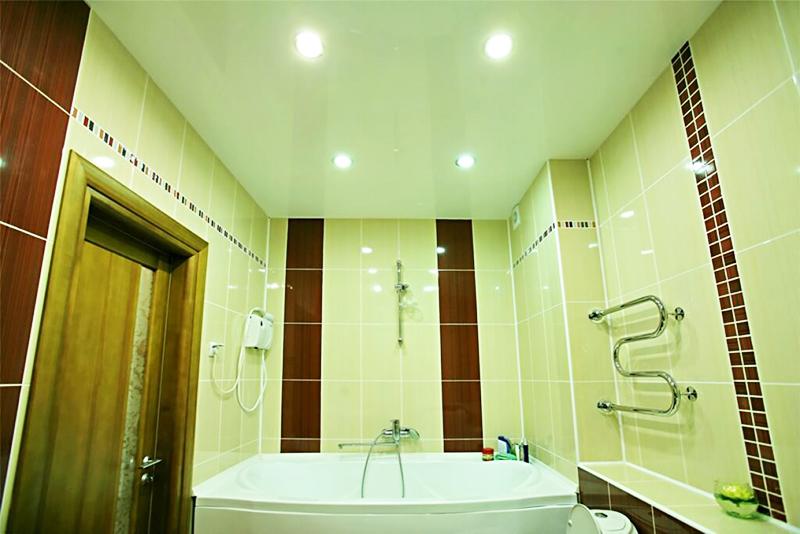 Натяжной потолок в ванной плюсы и минусы