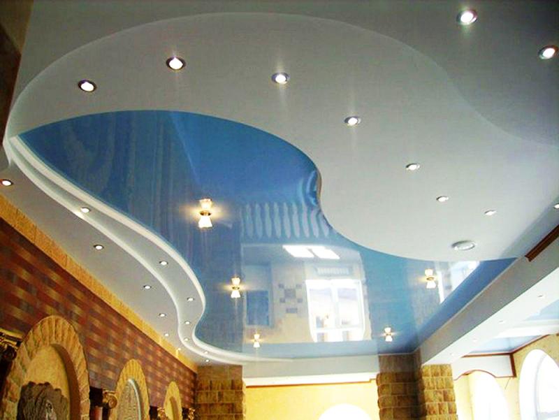 Сочетание матового и глянцевого натяжного потолка