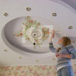 Оформление натяжных потолков. 10 лучших вариантов