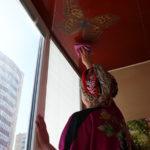 как помыть натяжной потолок матовый